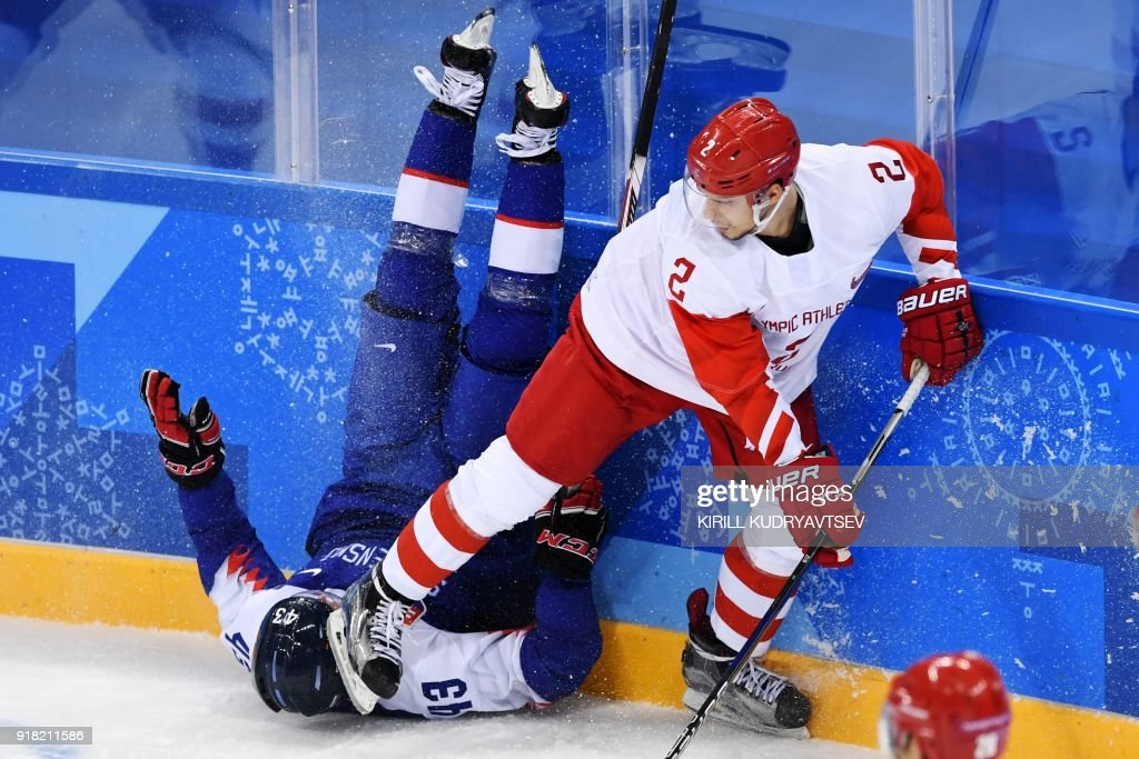 TOPSHOT - Slovakia's Tomas Syrovy vies with Russia's Artyom Zub (R) in the men's preliminary round ice hockey match between Slovakia and Olympic Athletes from Russia during the Pyeongchang 2018 Winter Olympic Games at the Gangneung Hockey Centre in Gangneung on February 14, 2018. / AFP PHOTO / Kirill KUDRYAVTSEV