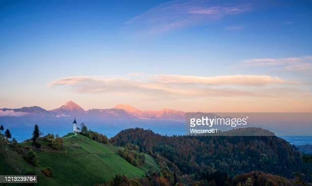 slovenia, church of st primoz near jamnik at sunset - kranj fotografías e imágenes de stock