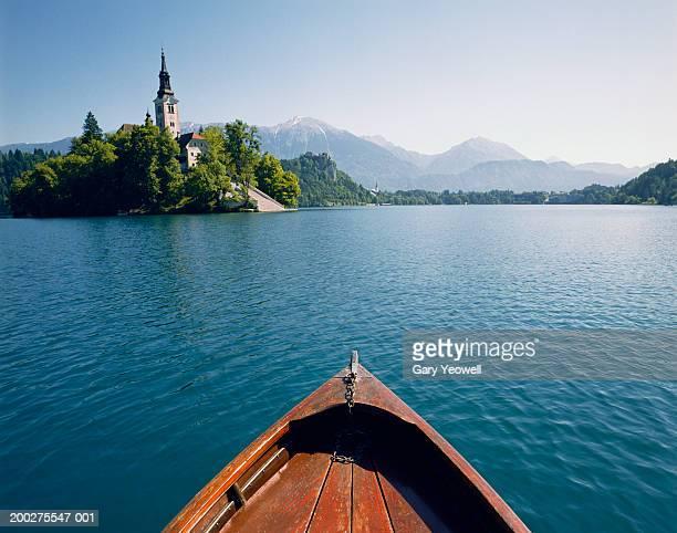 slovenia, gorenjska, boat on lake bled by bled island - bledsjön bildbanksfoton och bilder
