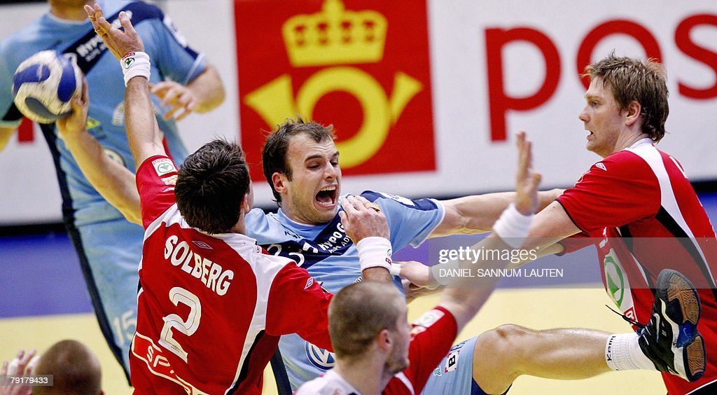 Slovenia's Uros Zorman (C) vies for the ball with Norway's Glenn Solberg (L) and Jan Thomas Lauritzen during their 8th Men's European Handball Championship Main Round match, 23 January 2008 at the Stavanger Idrettshall. Slovenia won 33-29.