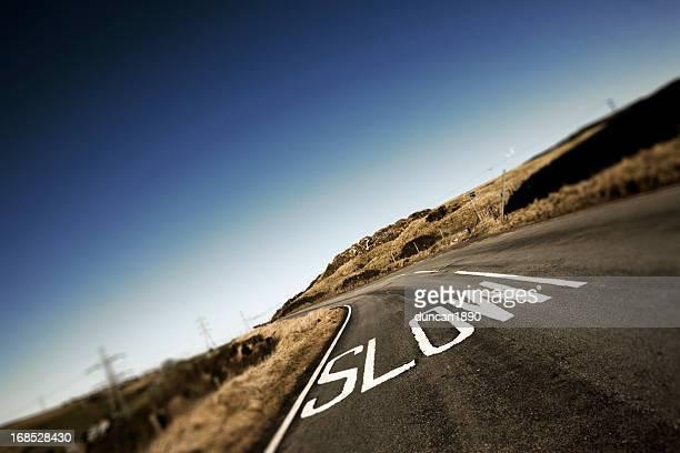 スロウ road マーキング - 遅い ストックフォトと画像