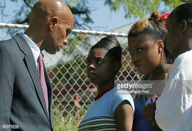 MECondon Date Kevin Clark/The Washington Post Neg # 194335 Washington DC Adrian Fenty DC mayor talks with Luella Rawlins Sabrina Rawlins and Michelle...