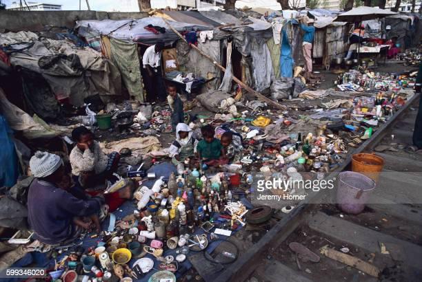 slum dwellers selling rubbish - madagascar enfant photos et images de collection
