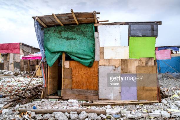 casa de barrio marginal en jakarta, indonesia - barriada fotografías e imágenes de stock