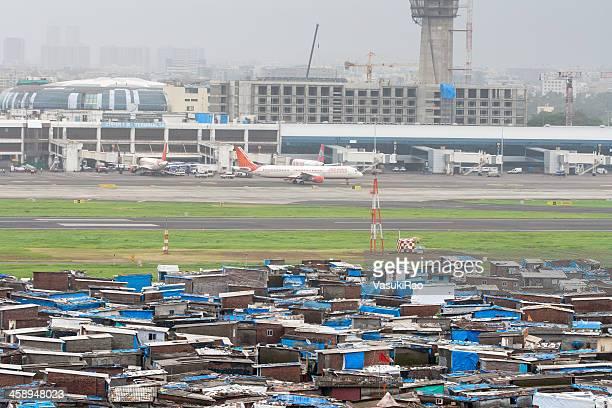 slum in mumbai airport, india - slum stock pictures, royalty-free photos & images
