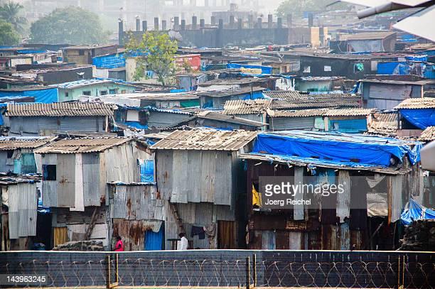 slum - barriada fotografías e imágenes de stock
