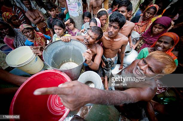 CONTENT] Slum residents wait for water supply by the military in Old Dhaka A fifth of the global population has no access to drinking water