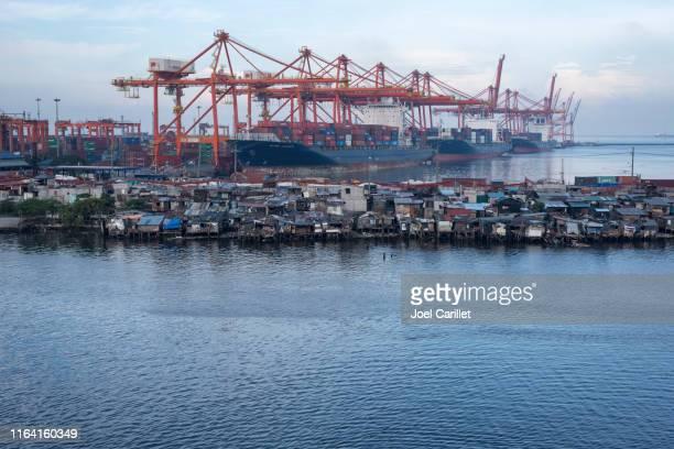 マニラ、フィリピンの商業ドックでのスラムと世界貿易 - マニラ ストックフォトと画像