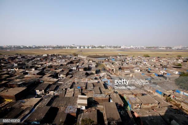 slums around the chhatrapati shivaji international airport in mumbai, maharashtra, india. - indian slums stock pictures, royalty-free photos & images