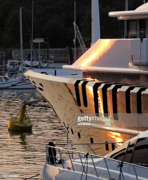 Petites et grandes Super yachts dans le port