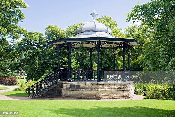 a small bandstand at the pavilion gardens near the town of buxton in derbyshire. - パビリオン ストックフォトと画像