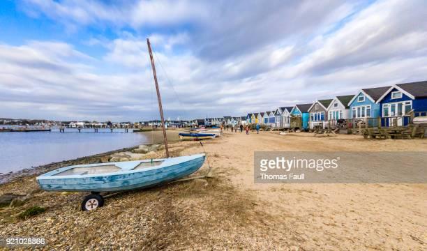 ヘンギストベリー、ボーンマスの mudeford で小さなボートとビーチの小屋 - 英国 ドーセット ストックフォトと画像