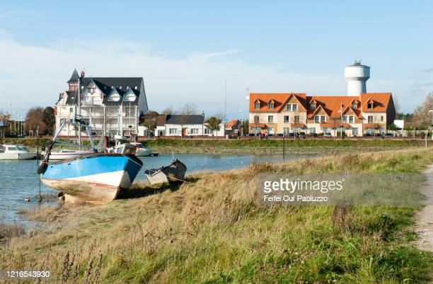 a small boat at coast of le crotoy, northern france - le crotoy photos et images de collection