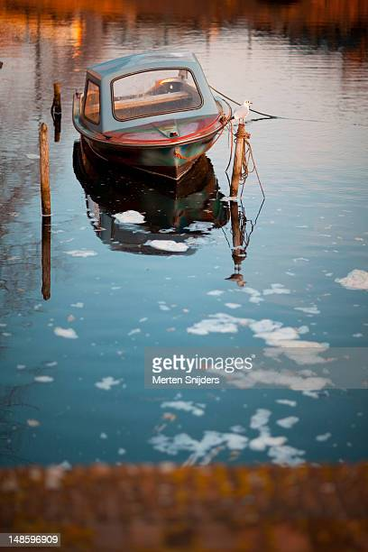 small boat in the appelhaven, with seagull on pole and ice floating by. - merten snijders 個照片及圖片檔