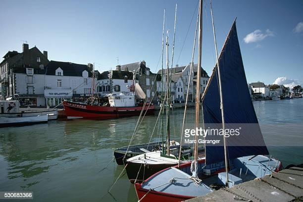 small boats in harbor - loire atlantique photos et images de collection