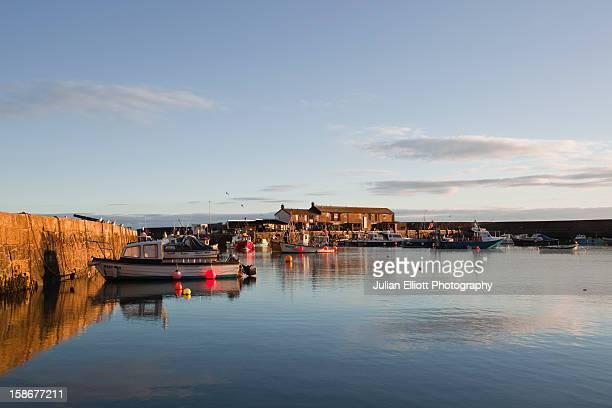 small boats in lyme regis harbour. - lyme regis fotografías e imágenes de stock