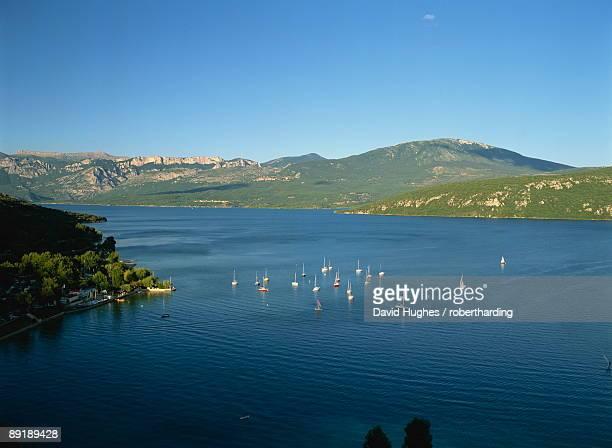 small boats on the lac de ste croix near gorges du verdon in the alpes de haute provence, provence, france, europe - alpes de haute provence stock photos and pictures