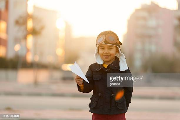 small boy playing with paper plane - gaivota - fotografias e filmes do acervo