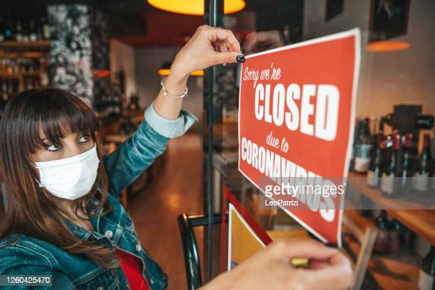 small business closing sign due to covid-19 coronavirus - government shutdown stock pictures, royalty-free photos & images