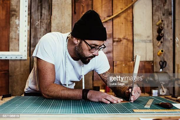 small business craftsman at work - 左利き ストックフォトと画像