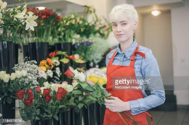 tienda de flores para pequeñas empresas - gender fluid fotografías e imágenes de stock