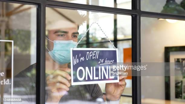 kleine unternehmen gehen während der covid-19-pandemie online - elektronischer handel stock-fotos und bilder