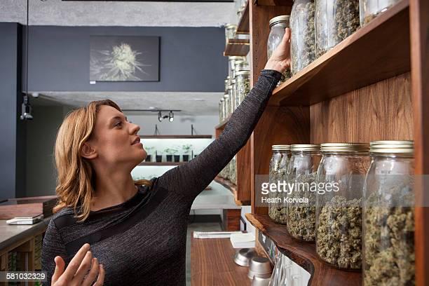 small business marijuana dispensary in oregon. - legalisierung stock-fotos und bilder