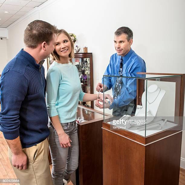 Petite entreprise propriétaire aider Couple heureux acheter des bijoux