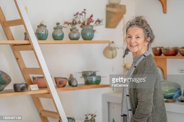 スモールビジネスオーナー - 陶器 - ワーキングシニア ストックフォトと画像