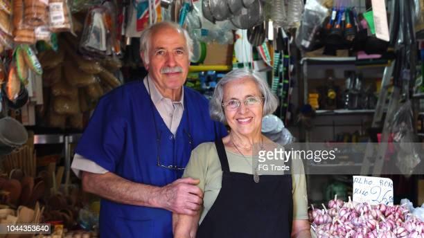 retrato de casal sênior de proprietário pequenos negócios - cultura brasileira - fotografias e filmes do acervo