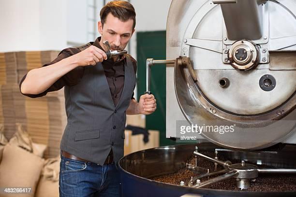 Petite entreprise propriétaire sentir une boule de café torréfié