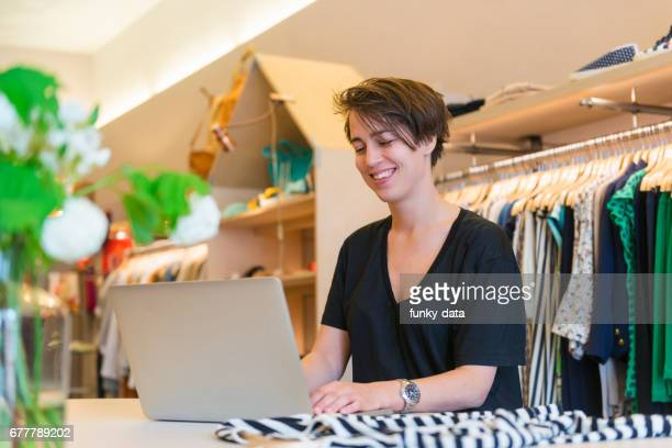 Kleine zakenvrouw eigenaar werken