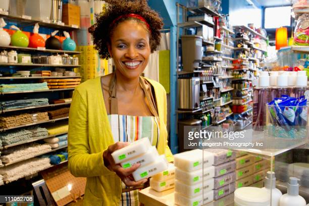 small business owner working in shop - potomac maryland - fotografias e filmes do acervo
