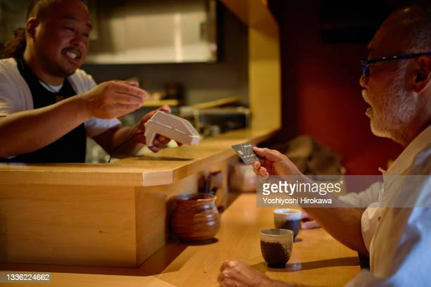 small business owners make contactless payments - kanagawa prefecture stock pictures, royalty-free photos & images