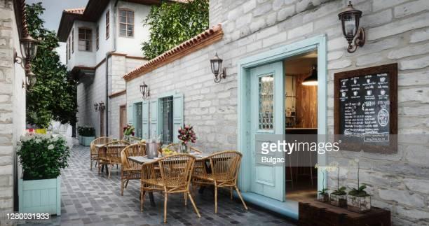 klein café exterieur - café bar gebouw stockfoto's en -beelden