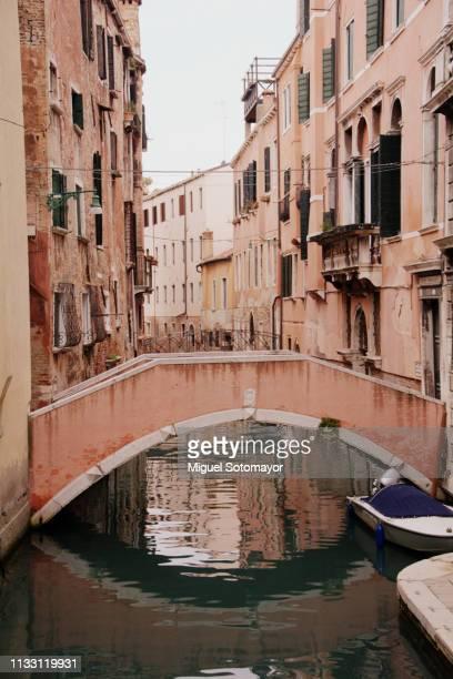 small canal of venice - gevel stockfoto's en -beelden