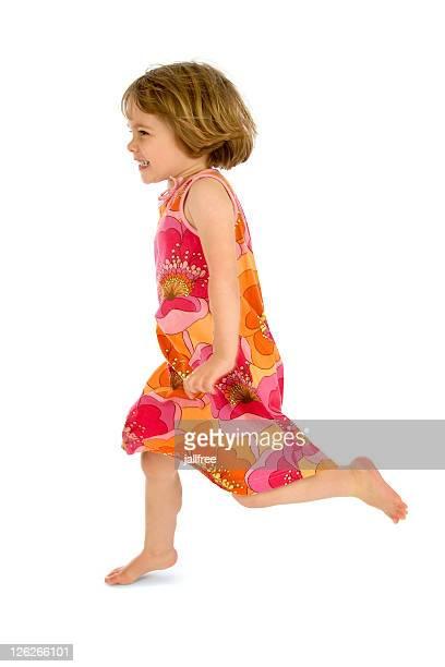 Kleines Kind Laufen auf weißem Hintergrund im Kleid