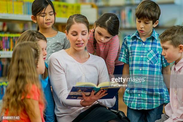 small class reading together - narração de histórias - fotografias e filmes do acervo
