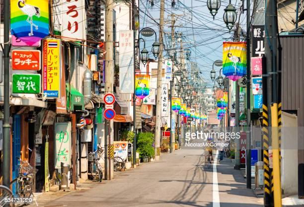 放置自転車で長野の小さな商店街 - ショッピングエリア ストックフォトと画像