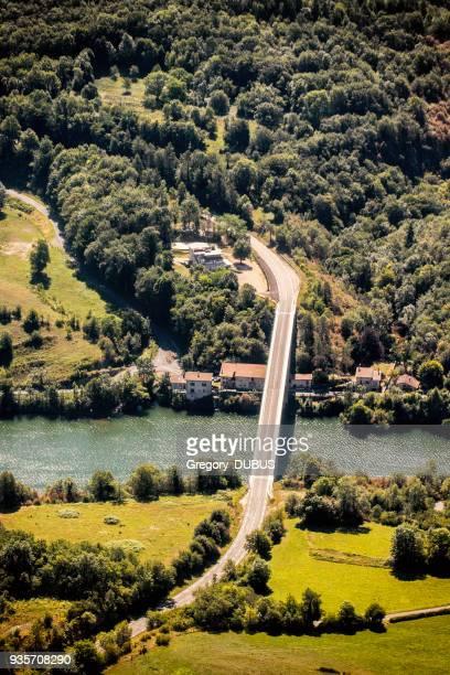 liten betongbro flygfoto väg på landsbygden i sommarsäsongen passerar ain flod i frankrike - ain bildbanksfoton och bilder