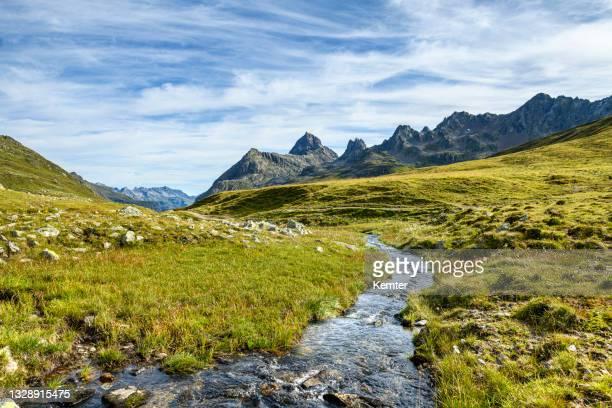 kleiner bach in den bergen - kemter stock-fotos und bilder