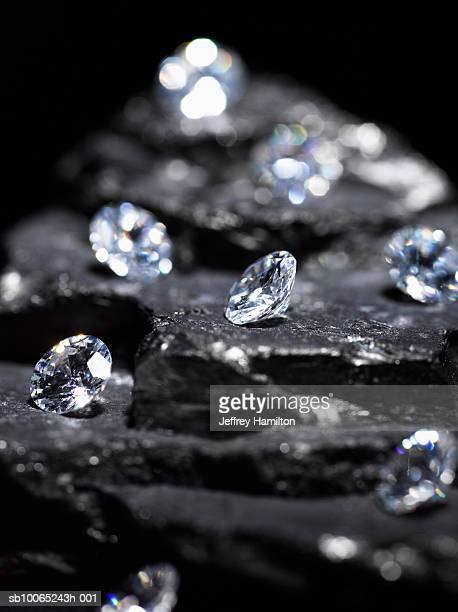 small diamonds on layered coal (differential focus) - diamante pedra preciosa - fotografias e filmes do acervo
