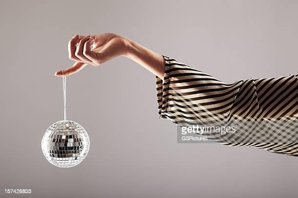 Kleine disco ball im Wind baumelnden von weiblichen finger