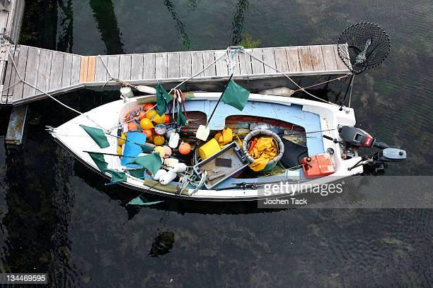 small fishing boat in the harbour of saint peter port, guernsey island, europe - meerkanal stock-fotos und bilder