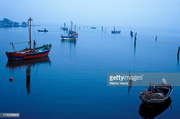 small fishing boats in scardovari sound - fiume po foto e immagini stock