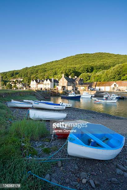 small fishing boats in the harbour at porlock weir near exmoor national park. - exmoor national park stock-fotos und bilder