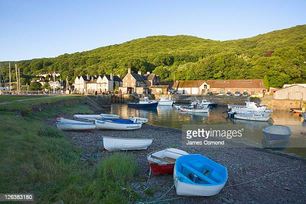 small fishing boats in the harbour at porlock weir near exmoor national park. - exmoor national park 個照片及圖片檔