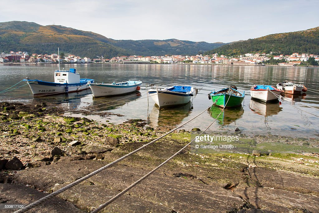 Small fishing boats moored on a beach : Foto stock
