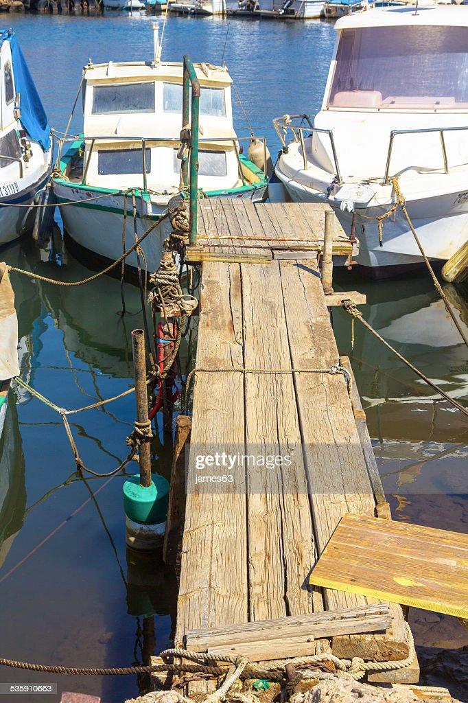 Pequenos barcos de pesca no velho Cais : Foto de stock