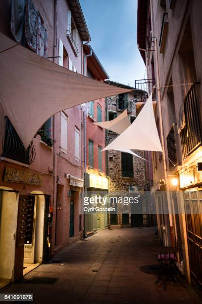 small gap with colourful houses in collioure - collioure photos et images de collection